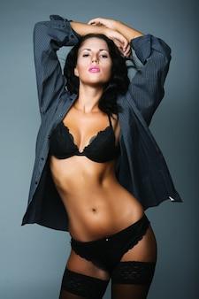 Donna sexy. lingerie nera e nera e calze
