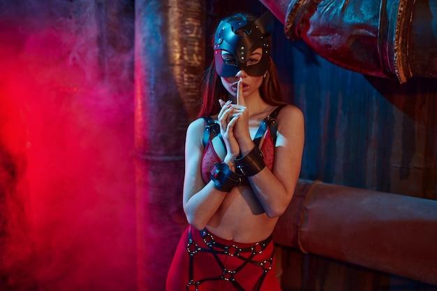 Donna sexy posa in tuta bdsm e maschera di gatto in pelle, interni di fabbrica abbandonata. giovane ragazza in biancheria intima erotica, sesso fetish