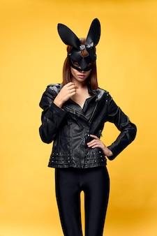 Donna sexy in maschera di coniglio e abito nero, tentazione