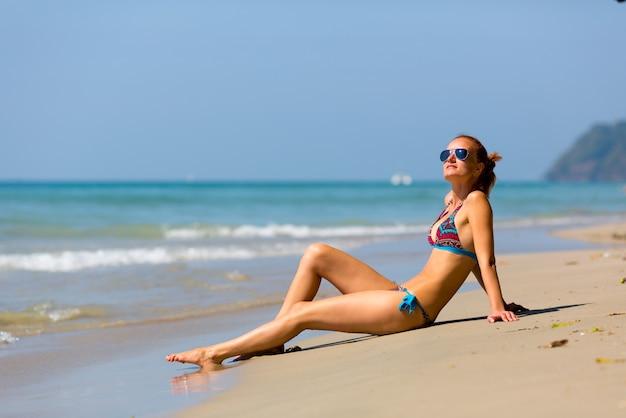 Donna sexy che prende il sole in thailandia