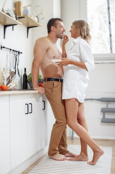 La donna sexy in biancheria intima e l'uomo senza camicia trascorrono del tempo insieme
