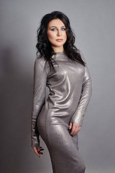 Donna sexy con figura perfetta e grandi seni in posa