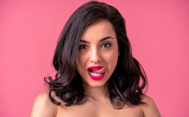 Donna sexy con un corpo sensuale che fa pose erotiche - bella ragazza in biancheria intima