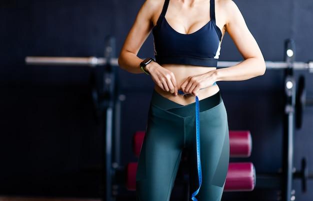 Donne sexy che si esercitano, che mostrano i muscoli addominali e addominali, belle donne, muscoli addominali in buona forma, sani concetti di esercizio per la salute e la vita quotidiana immagini per il tuo business