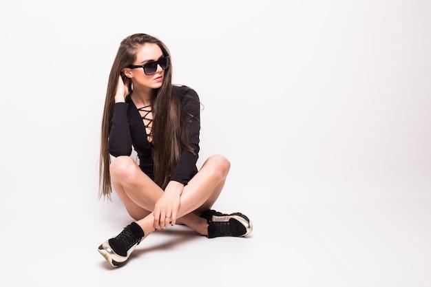 Ritratto integrale di giovane donna bionda sexy isolato sul muro bianco