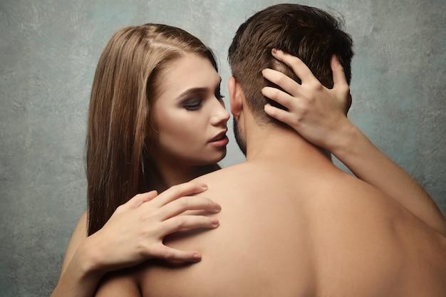 Giovani coppie sexy sul colore di sfondo