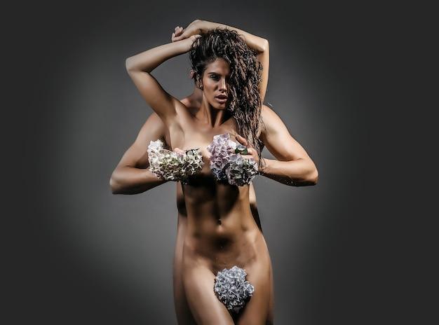Giovane coppia sexy con fiori di ortensia