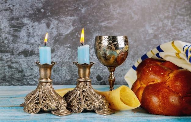 Shabbat challah pane, vino shabbat e candele sul tavolo