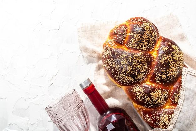 Concetto di shabbat o shabath. challah bread, vino shabbat