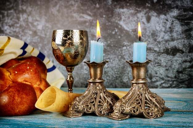 Shabbat con pane challah su un tavolo di legno