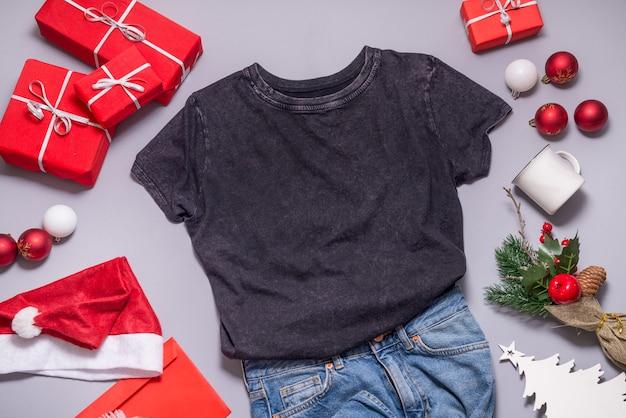 Shabby black tshirt flat lay, addobbi natalizi e decorazioni