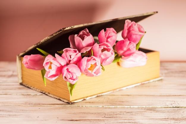 Decorazione shabby chic - tulipani rosa in libro vintage