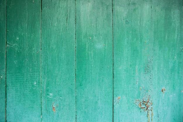 Tavola di legno verdastra squallida e molto vecchia