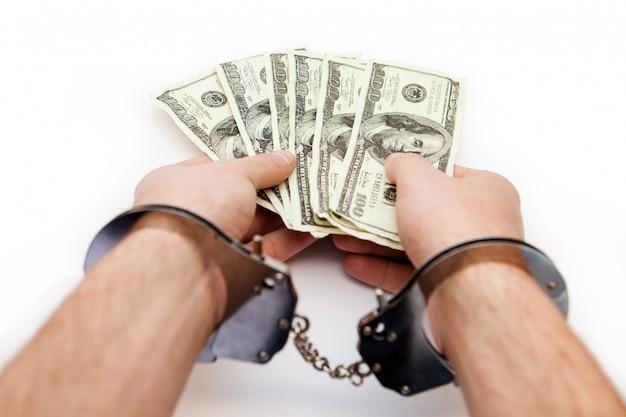 Mani incatenate che tengono i dollari
