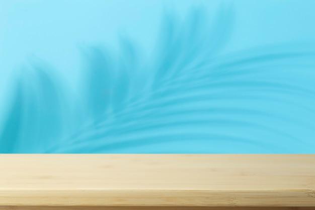 Ombre di palme e tavola di legno vuota