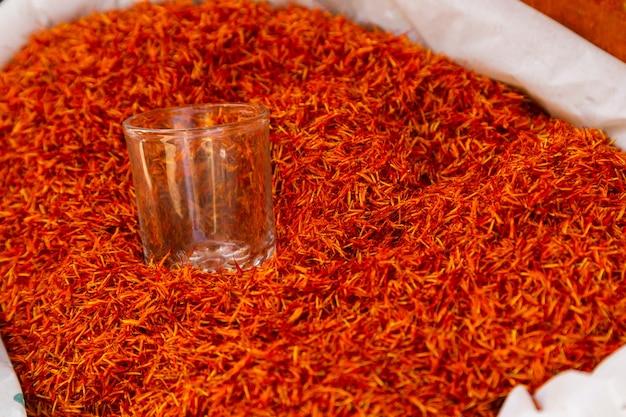 Spezie shafran sul bazar in un paese arabo un'aggiunta salutare al condimento essiccato del cibo
