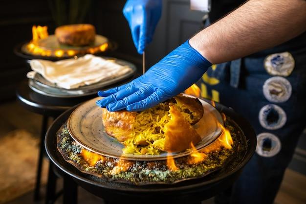 Pilaf di shah. servire e tagliare il pilaf di khan in lavash in stile azero nel ristorante. piatto orientale tradizionale.