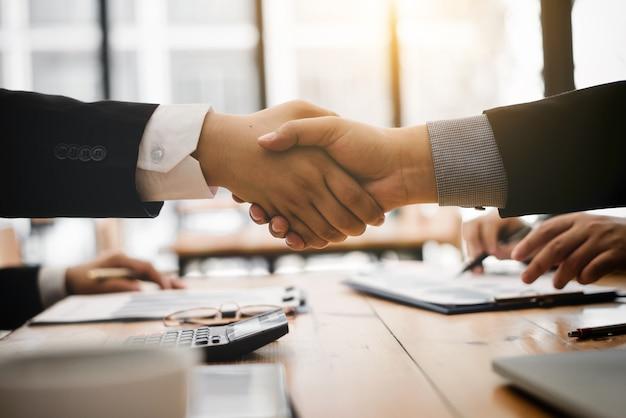 Agitare le mani dopo aver accettato di contrarre il partner per il prodotto di importazione.
