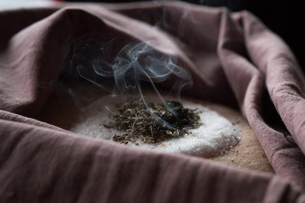 Sciamanesimo e medicina alternativa fumigazione a base di erbe di assenzio passo dopo passo