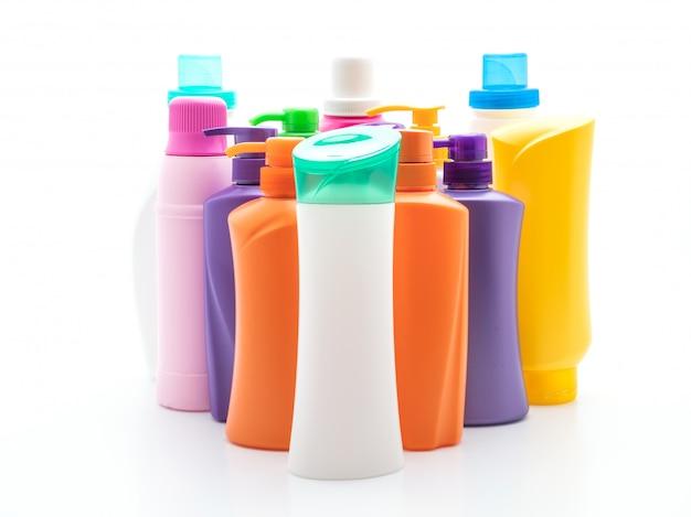 Bottiglia di shampoo o balsamo per capelli su sfondo bianco