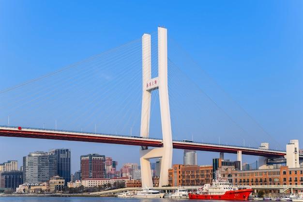 Shanghai, cina - 18 febbraio 2021: il ponte nanpu è il primo ponte ad attraversare il fiume huangpu dal centro di shanghai, collegandolo con il distretto di pudong dall'altra parte del fiume.