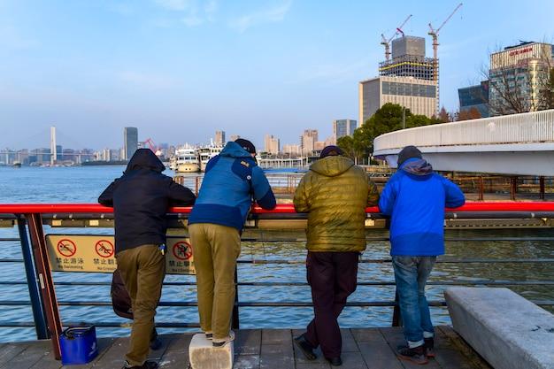 Shanghai, cina - 18 febbraio 2021: residenti a shanghai, vista sulla strada della città di shanghai