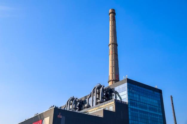Shanghai, cina - 18 febbraio 2021: vista della power station of art, un museo di arte contemporanea situato in un'ex centrale elettrica sul sito dell'expo 2010 a shanghai, cina.