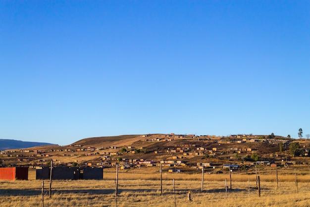 Baraccopoli sulla strada per il distretto di drakensberg, sud africa.