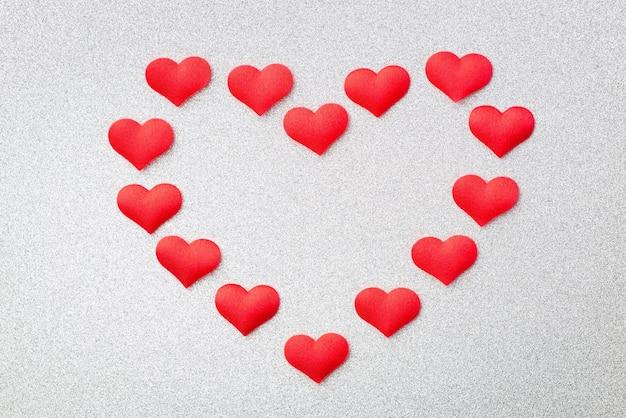 Forma di un cuore fatto di piccoli cuori rossi decorativi