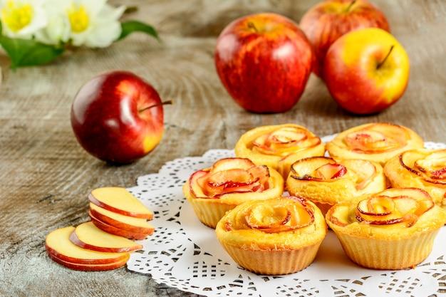 In muffin a forma di mela delle rose su fondo di legno