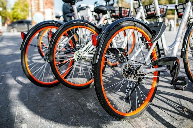 Condividi biciclette una popolare piattaforma di bike sharing in cui gli utenti possono accedere alle biciclette tramite applicazioni