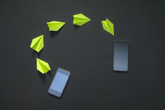 Condividi e invia file multimediali tra telefoni. aeroplanini di carta
