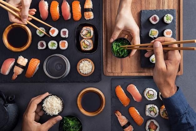 Condividere e mangiare cibo per sushi