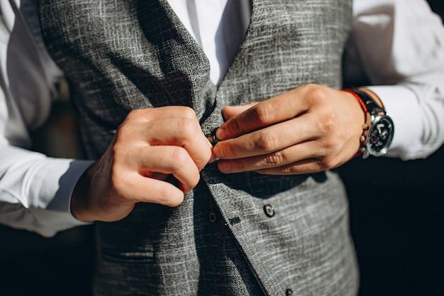 Giacca e farfallino da portare dell'uomo vestito tagliente.