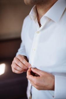 Camicia da portare dell'uomo vestito tagliente