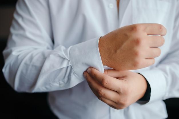 Uomo vestito tagliente che indossa una camicia bianca