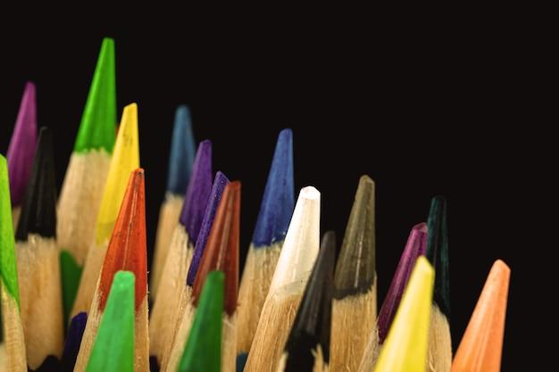 Punte affilate delle matite colorate close-up e macrofotografia, foto di sfondo nero