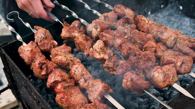 Carne shashlik da friggere su spiedini. messa a fuoco selettiva. cibo.