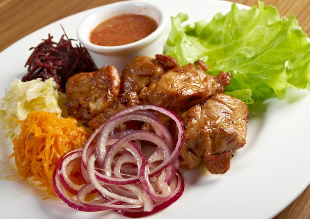 Shashlik (shish kebab) .pollo arrostito con verdure closeup