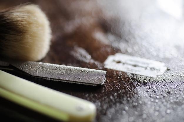 Accessori per la rasatura su fondo in legno e lame usa e getta