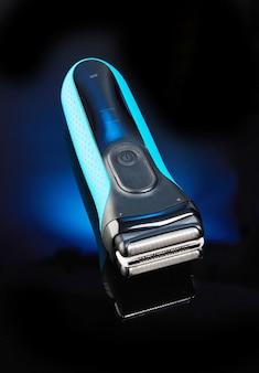Macchina da barba su nero con blu.