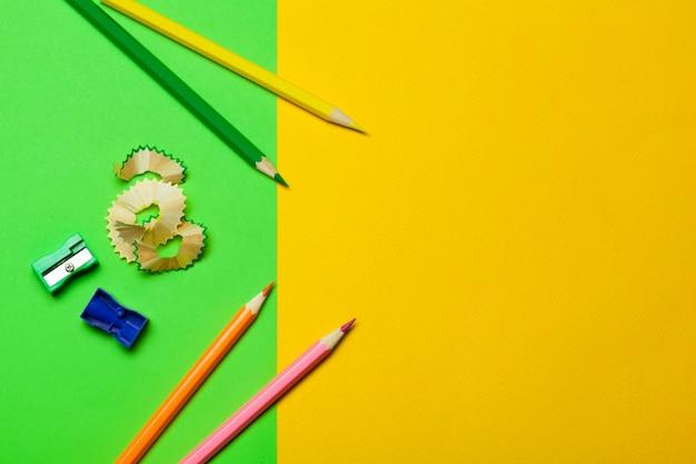 Trucioli di matite con carta su verde brillante