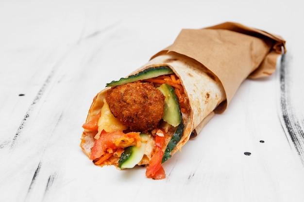 Shawarma panino giroscopio rotolo fresco di lavash pane pita pollo manzo shawarma falafel ricettatin eatspieno di carne alla griglia, funghi, formaggio. spuntino tradizionale mediorientale. su sfondo bianco
