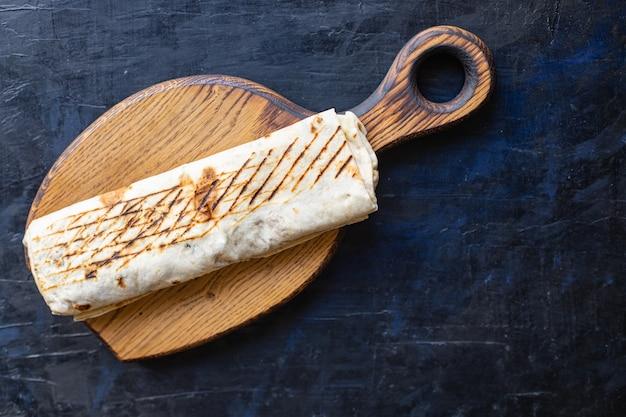 Shawarma sandwich roll o burrito carne verdure doner kebab salsa tacos pasto settimanale