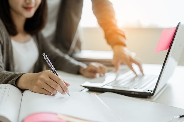Usa un laptop per saperne di più sull'esame nella biblioteca dell'universitàeducationschool