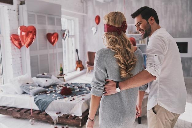 Ricorderà questo giorno. giovane donna che cammina con gli occhi bendati attraverso la camera da letto con il suo ragazzo mentre trascorre del tempo a casa