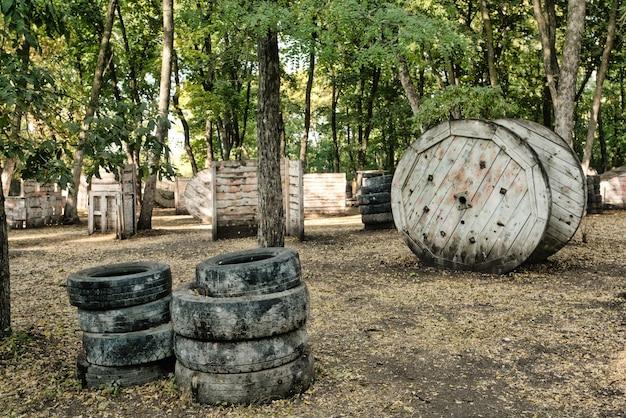 Sheeny alla base del paintball nella foresta d'autunno dove si nascondono i giocatori eccitati