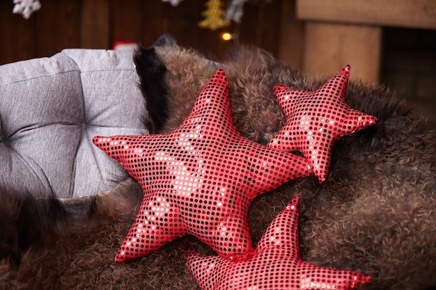 Pelle di pecora sulla sedia e stelle