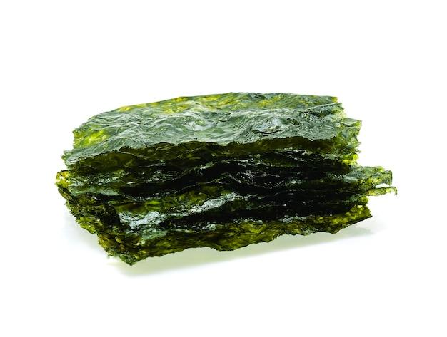 Foglio di alga secca, alga croccante isolato su sfondo bianco.