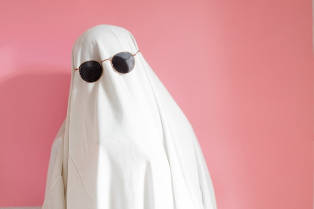Costume da fantasma in fogli con occhiali da sole